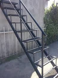 Resultado de imagen para como hacer una grada Stairs 2018, Staircase Design, Spiral Staircase, Metal Projects, Welding Projects, Ferraria, Wheelchair Ramp, Steel Stairs, Outdoor Stairs