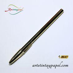 Bolígrafo Bic celebración oro con tinta en color azul. Es el Bic de toda la vida lo único que cambia es su elegante diseño en color dorado. Tinta de aceite, punta de bola de 1mm y un trazado de 0,4mm.