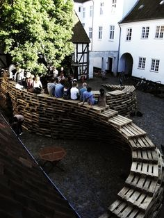 Students of Aarhus architecture school in Denmark made this temporary pavillon made of wooden pallets. « This project was designed and built by 9 exchange students in the Aarhus School of Architecture, during a ten-days workshop in June 2 Aarhus, Old Pallets, Recycled Pallets, Wooden Pallets, School Architecture, Landscape Architecture, Architecture Design, Urban Furniture, Street Furniture