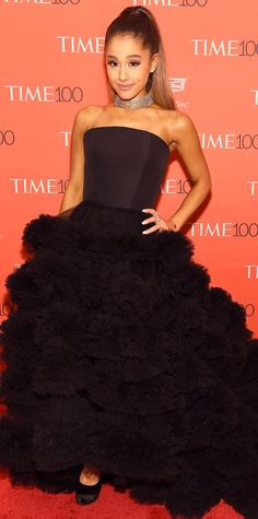 Ariana Grande graced the 2016 Time 100 Gala and swept onto the red carpet in a masterpiece of a gown by Christian Siriano, featuring a strapless structured bodice and a dramatic skirt with fluffy layers upon layers. A brilliant statement necklace and Gius Celebrity Red Carpet, Celebrity Dresses, Celebrity Style, Justin Bieber, Ariana Grande Fotos, Ariana Grande 2016, Photo Star, Star Wars, Dangerous Woman
