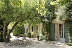 L'hotel Baumaniére a Baux-de-Provence, un villaggio arroccato nel cuore della Provenza, la regione del sud della Francia dove il vento accarezza gli ulivi, i grilli cantano la loro serenata, la lavanda profuma il paesaggio e il sole indora la pelle... Nel cuore delle Alpilles, a due passi da A