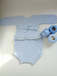 Conjunto de perlé azul bebe con pololo y jersey hecho a mano
