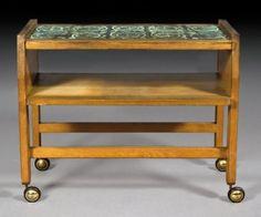 GUILLERME ET CHAMBRON. Edition Votre Maison 1960.  Table desserte en chêne montée sur roulettes à plateau en carreaux de céramique émaillée verts. L : 63 cm l : 43 cm An oak enamelled ceramic rolling table. Circa 1960.