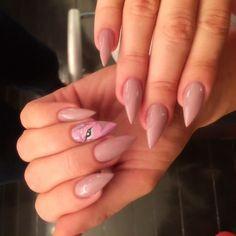 Khloe Kardashian's stiletto nails are amazing! See more Kardashian nail art ideas right here Glitter Acrylics, Acrylic Nails, Coffin Nails, Khloe Kardashian Nails, Kardashian Family, Square Oval Nails, Different Nail Shapes, Stiletto Nail Art, Us Nails