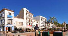 Terrasjes #Moraira, Calle del Mar, gelegen in het centrum  tegenover de Lonja visafslag) bij het haventje.
