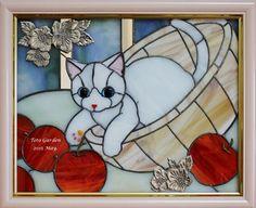 かご猫 cat in a basket of apples