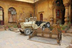 Mobilier et jeep d'époque.