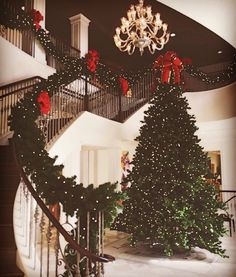 FLOWERSBYTHEBAY Christmas Holidays, Christmas Tree Goals, Preppy Christmas, Classy Christmas Decorations, Christmas Stairs Decorations, Christmas House Lights, Southern Christmas, Christmas Feeling, Merry Christmas