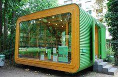 """Es conocida como la """"pequeña caja verde"""" y es considerada la biblioteca pública más pequeña del mundo. Minibib, con menos de 18 metros cuadrados, es un """"contenedor"""" situado en el parque Stadtgarten, en la ciudad de Colonia."""