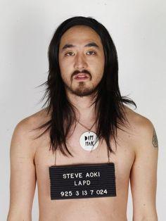 """Steve Aoki, quando bebê, recebeu de sua mãe, uma gota de """"água de Benjamim"""". Essa """"água"""", na verdade era vodka misturada com chá de erva cidreira (isso era um ritual antigo), que deixou Steve durante 3 dias completamente maluco.   #SegredoDoSucesso! ;)"""