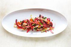 Das Gemüse schälen und in Juliennestreifen schneiden, das bedeutet in so feine Streifen wie möglich schneiden.