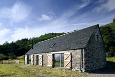 A modern home masquerading as a rustic, simple farm building. Leachachan Barn - Rural Design Architects - Isle of Skye and the Highlands and Islands of Scotland Small Barns, Old Barns, Small House Swoon, Bothy, Stone Barns, Modern Barn, Modern Farmhouse, Glass House, Prefab