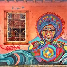 Murales bellos como éste se encuentran caminando por las calles de La Candelaria, en Bogotá colombia.