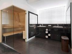 badkamer ensuit sauna Bathroom Inspiration, Bathing, New Homes, Toilet, Mirror, Wellness, Bedroom, Warehouse, Bathrooms