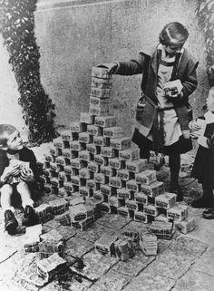 1920-ые: Немецкие дети играют с бесполезной бумажные деньги http://muz4in.net/dir/bez_kategorii/1920_ye_nemeckie_deti_igrajut_s_bespoleznoj_bumazhnye_dengi/13-1-0-3362