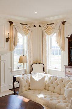 Arreglo clásico con recogido asimétrico sobre barra, en dos ventanas longitudinales, haciendo esquina.