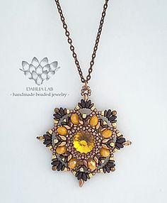 Ciondolo Dahlia Moonfire  Da un'attenta e ricercata combinazione di perline, nasce la collezione di ciondoli Dahlia, ispirata dalle diverse ed uniche varietà di dalia nel mondo