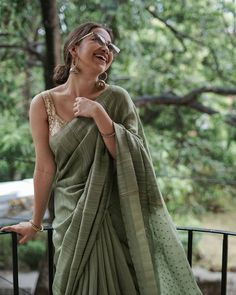 Brand You Need To Shop For Simple & Stylish Saree Looks! Brand You Need To Shop For Simple & Stylish Saree Looks! Cotton Saree Designs, Saree Blouse Designs, Indian Designer Outfits, Indian Outfits, Indian Dresses, Ethnic Outfits, Saree Poses, Dress Indian Style, Indian Wear
