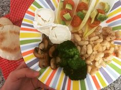 📸 endivias con cherrys y aguacate, queso de cabra y judías blancas con brócoli y champiñones! Y acompañado con pan de pita🍞  QUE APROVECHe!!🍴🍱
