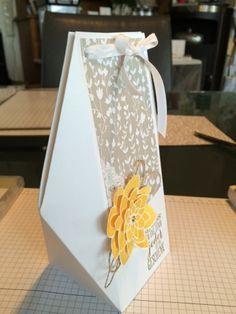 Anleitung zur Schachtel von gestern Du brauchst ein Stück Papier 21x29cm. Dieses falzt du auf der langen Seite bei 7-14-21 und 28cm bleibt...