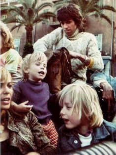 Rolling Stones musician and song writer Keith Richards wearing the traditional Irish báinín Aran sweater, with his wife Anita Pallenberg and family Keith Richards Anita Pallenberg, Rolling Stones Logo, Ron Woods, She Walks In Beauty, Italian Actress, Music Images, Steve Mcqueen, Mick Jagger, Rock N Roll