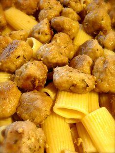 Pasta al forno con le polpettine di carne cotte nel vino bianco Per il condimento abbiamo una vellutata di verza e patate e tanto parmigiano per gratinare