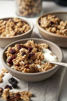 Honey Granola will add a sweet and healthy crunch to your breakfast. This homemade granola recipe with honey is simple to make and tastes great! Breakfast For A Crowd, Vegetarian Breakfast, Breakfast Bowls, Healthy Breakfast Recipes, Breakfast Time, Breakfast Ideas, Honey Recipes, Brunch Recipes, Brunch Ideas