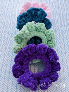 Inspired Velvet Scrunchies - Free Crochet Pattern - Just Be Crafty - - The Inspired Velvet Scrunchies will be your newest crochet obsession! These cute little guys can be whipped up in as little as 10 minutes! Crochet Hair Bows, Crochet Hair Accessories, Crochet Hair Styles, Crochet Pattern Free, Crochet Patterns, Crochet Crafts, Easy Crochet, Knit Crochet, Diy Crafts