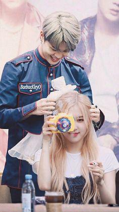 Bts Wallpaper Lyrics, Lisa Blackpink Wallpaper, Kpop Couples, Cute Couples, Bts Kiss, Foto Rose, Namjoon, Foto Jimin, Korean Couple