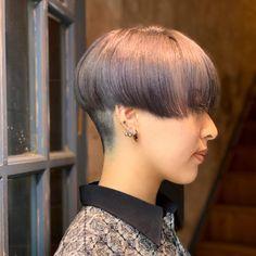 Ebe magiyhair_shimokitazawaさんはInstagramを利用しています:「ブリーチ2回のベースにダークシルバー系のカラーを入れました。 ハチ下は全て刈っているので、とってもコンパクトな前下がりマッシュになりました^ ^  #magiyhair#下北沢#マギーヘア#下北沢美容室#刈り上げ女子…」