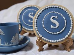 """Exquisitely intricate cookies by Amber Alexander """"SweetAmbs"""" .Inspired by Blue Wedgewood China. Cookie Wedding Favors, Cookie Favors, Wedding Desserts, Spice Cookies, Fancy Cookies, Crown Cookies, Blue Cookies, Custom Cookies, Galletas Cookies"""