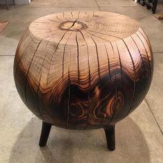 Pouf forme boule en bois partiellement brûlé