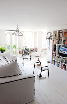 Do you remember the post 'Get Your Kicks on' ... well today Anke and Kim are showing us this housetour shot in the interesting home of Dutch designer, Annebet Philips. Not only does A have the most quaint home, her...