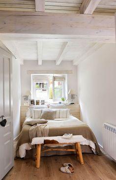 Dormitorio mini en blanco con vigas pintadas y cabecero con listones de madera