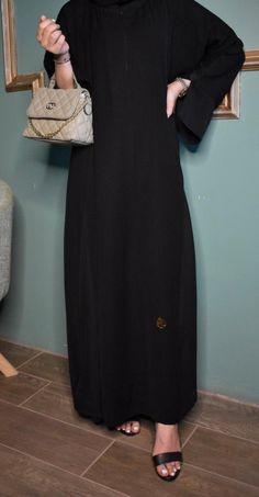 عباية خيال بالخطوط صغيرة مدمج بالقماش أسود سادة مقفلة سحاب مخفي من الأمام مع قصة في الكم يوجد لدينا منها عدة مقاسات متوفرة ومناسبة للجميع المقاسات 52و54 و56 و58 و60. High Neck Dress, Dresses, Projects, Fashion, Turtleneck Dress, Vestidos, Log Projects, Moda, Blue Prints