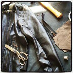 f87300f11 Kožená bunda MiaBella má nadčasový střih a je ušitá z nejkvalitnější a  nejjemnější kůže. Vydrží