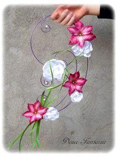Bouquet de mariée tombant original fuchsia blanc parme fil aluminium : Autres accessoires par douce-fantaisie Disponible sur http://www.alittlemarket.com/autres-accessoires/fr_bouquet_de_mariee_tombant_original_fuchsia_blanc_parme_fil_aluminium_-10335201.html