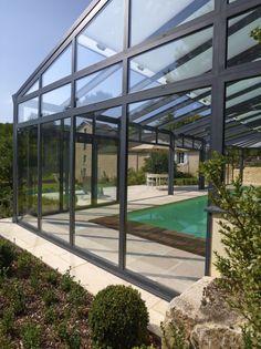La piscine paysagée par l'esprit piscine - 10 x 4,5 m Revêtement sable Margelles et plage en pierre reconstituée (''pierre de Bourgogne'') Abri Import Garden