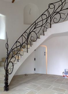 To get maximum security, the selected banister or railing material must be of high quality and strong, not rusty, and last for a long time. Stair handrails or railings in addition to functioning as a safety on the stairs. Iron Staircase Railing, Iron Handrails, Wrought Iron Stair Railing, Banisters, Modern Staircase, Iron Railings, Timber Stair, Stair Spindles, Railing Design