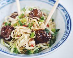 Aasialaiset mausteiset lihapullat hoisin-kastike nuudelit - Suusta suuhun | Lily.fi