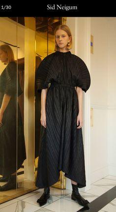 Sid Neigum Fall 2017 Ready-to-Wear Collection Photos - Vogue Runway Fashion, High Fashion, Fashion Show, Fashion Design, Women's Fashion, Minimal Dress, Fashion Gone Rouge, Fashion Project, Fashion Images