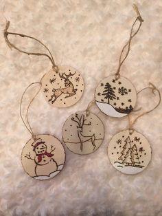 Articles similaires à Bois brûlé Christmas Ornaments-bébé premier Noël-rustique-renne, bonhomme de neige, arbres, neige peints des flocons de neige, bois tranche sur Etsy