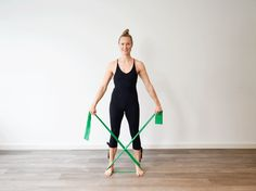 Resistance Band Übung Arme Resistance Band, Fitness Bodybuilding, Band Workout, Hiit, Gymnastics, Arms, Yoga, One Piece, Wellness