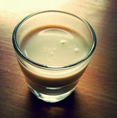Kinderschokolade-Likör 100 g Kinderschokolade 90 g Zucker 1 Ei 300 ml Milch 200 ml Sahne 110 ml Vodka Kinderschokolade in Stücke brechen, zusammen mit Zucker, Ei und 200 ml Milch in den Topf - erwärmen bis es anfängt mit Blubbern (nicht kochen). Immer schön rühren rühren rühren!!! Wenn es anfängt mit Blubbern vom Herd nehmen. Vodka , restliche Milch (100 ml) und 200 ml Sahne langsam dazugeben. In Flaschen abfüllen und fertig Smile Ergibt ca. 800 ml. Dann kühlstellen am besten raus da es eh…