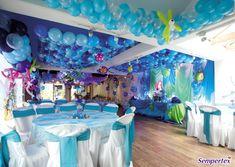 Decora el techo del salón simulando la  superficie  del  océano  realizando  una  malla tipo flor de globos LINK-O-LOON® en tonalidades azules. Coloca peces  elaborados con globos Infinity Polka en  los colores Amarillo, Azul Rey, Fucsia,  Naranja, Verde Lima. Delinéalos con  un tubito 260 alrededor del globo para  formar la boca y cola del pez.