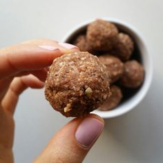 Since i'm looking into starting a low FODMAP diet i made some protein bliss balls free of dates! They're low FODMAP if you don't include the raw pea protein powder because i'…