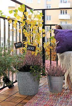 Balcony wood tiles, planters and plants Balcony Flowers, Balcony Plants, Porch Garden, Balcony Garden, Winter Balcony, Scandinavian Cottage, Scandinavian Design, Apartment Balconies, Plantation