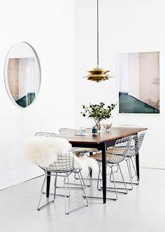 Les chaises Diamond métalliques habillent la table en bois tout en légèreté dans un style très contemporain