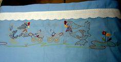 Σιέλ βαμβακερό σεντονάκι για το κρεβατάκι του μωρού. Έχει κεντηθεί με το χέρι ριζοβελονιά και πλακέ και παρουσιάζει δυο κοτούλες που έβγαλαν βόλτα τα μωρά τους..Πάνω από το κέντημα τοποθετήσαμε βαμβακερή κεντημένη κορδέλα φαρδιά. Για τιμή δείτε το κατάστημά μας στην σελίδα:http://www.kentima-pleximo.gr/