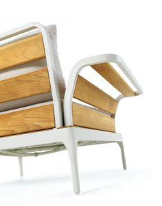 Bequemes und großer Sessel. Der Rahmen besteht aus Aluminium und Teak Holz.